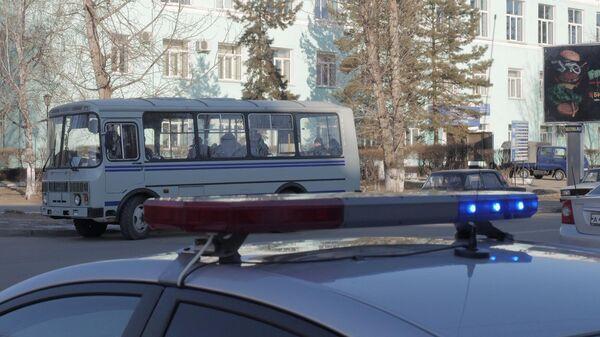 Автомобили правоохранительных служб у здания Амурского колледжа строительства и жилищно-коммунального хозяйства в Благовещенске, где произошла стрельба
