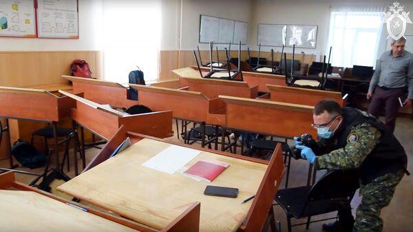 Сотрудники СК РФ на месте стрельбы в колледже в Благовещенске