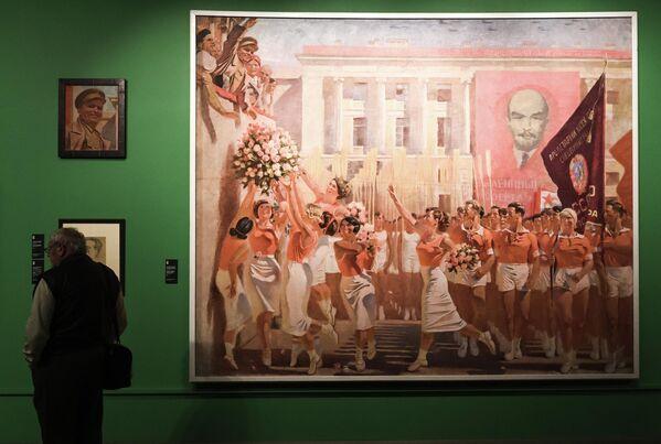 Посетитель возле картины Александра Самохвалова С. М. Киров принимает парад физкультурников  на выставке Дейнека/Самохвалов в рамках VIII Санкт-Петербургского международного культурного форума