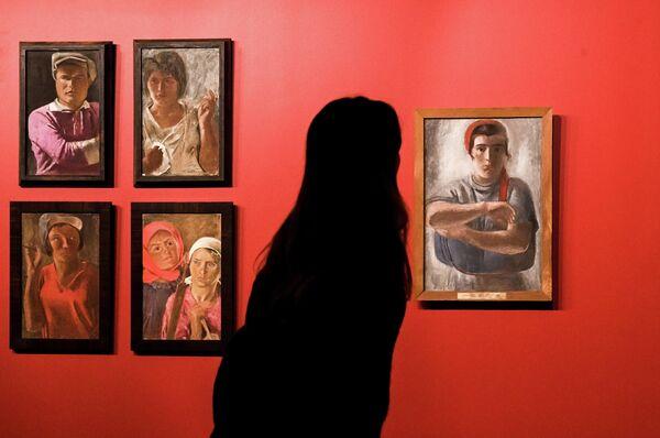 Посетитель на выставке Дейнека/Самохвалов в рамках VIII Санкт-Петербургского международного культурного форума в центральном выставочном зале Манеж в Санкт-Петербурге