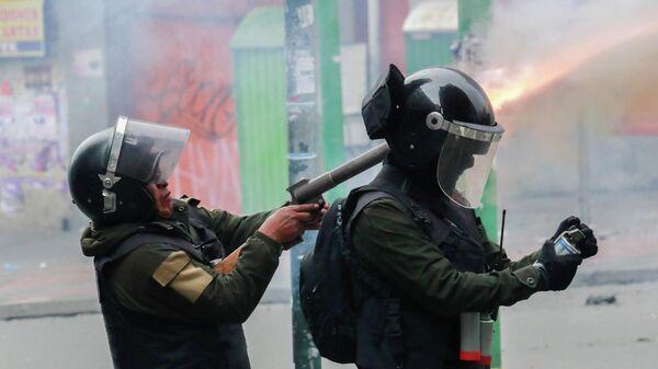 Сотрудники сил безопасности во время столкновений со сторонниками бывшего президента Боливии Эво Моралеса в Ла-Пасе