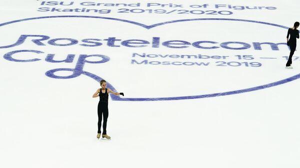 Александра Трусова (Россия) и Евгения Медведева (Россия) на тренировке перед соревнованиями V этапа Гран-при по фигурному катанию.