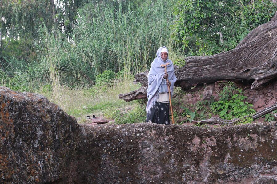 Жительница Лалибелы молится возле одного из скальных храмов. Лалибела. Эфиопия