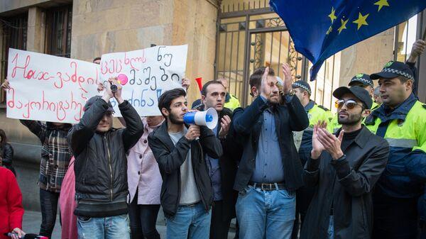 Представители оппозиционных движений перекрыли проспект Руставели в Тбилиси в знак протеста против отказа грузинского парламента принять конституционные поправки по изменению избирательной системы