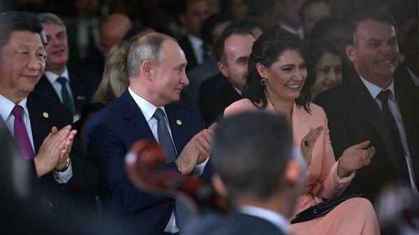 Председатель КНР Си Цзиньпи, президент РФ Владимир Путин и президент Бразилии Жаир Болсонару с супругой Мишель во время посещения концерта для лидеров стран БРИКС во дворце Итамарати