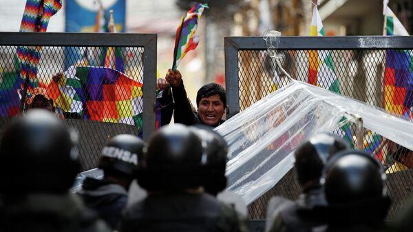 Полиция сдерживает сторонников бывшего президента Эво Моралеса в Ла-Пасе, Боливия