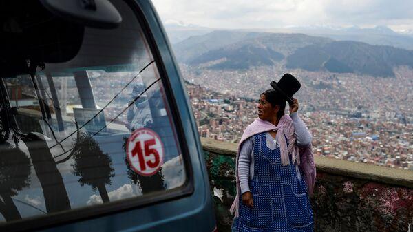 Коренная жительница Боливии на пути из Эль-Альто в Ла-Пас,  13 ноября 2019