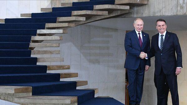 Президент РФ Владимир Путин и президент Бразилии Жаир Болсонару перед совместным фотографированием лидеров стран БРИКС