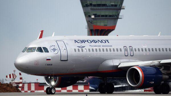 Самолет Airbus A320 авиакомпании Аэрофлот в международном аэропорту Шереметьево