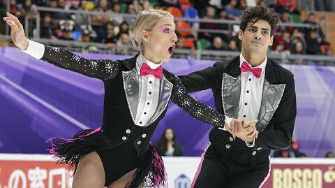 Пайпер Гиллес и Поль Пуарье (Канада) выступают в ритмическом танце на V этапе Гран-при по фигурному катанию в Москве.