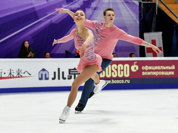 Александра Бойкова и Дмитрий Козловский (Россия) выступают в короткой программе парного катания на V этапе Гран-при по фигурному катанию в Москве.