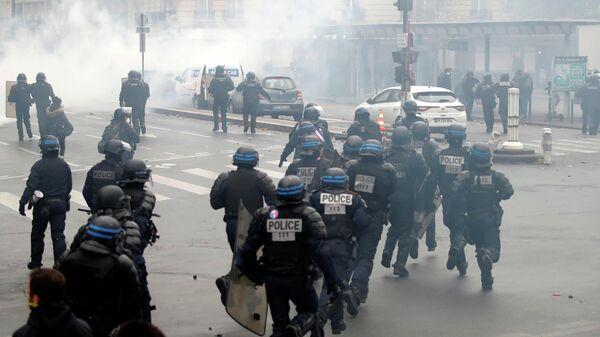 Полиция во время демонстрации по случаю первой годовщины движения желтых жилетов в Париже