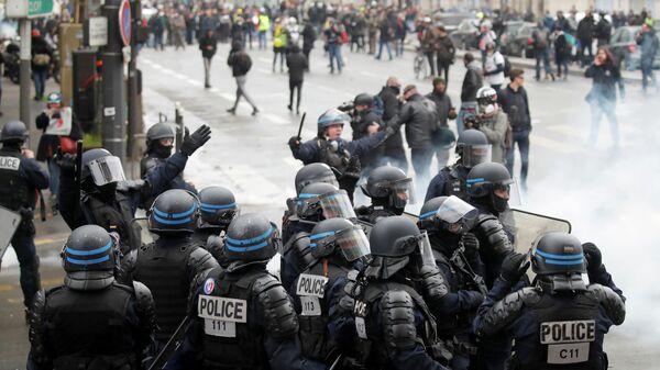 Сотрудники полиции во время демонстрации по случаю первой годовщины движения желтых жилетов в Париже