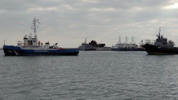 Задержанные корабли ВМСУ буксируют из Керчи