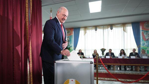 Президент Белоруссии Александр Лукашенко принимает участие в голосовании на выборах депутатов Палаты представителей Национального собрания