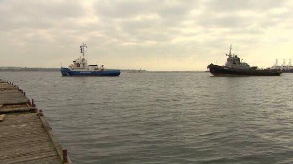 Украинские корабли на буксире покинули порт в Керчи