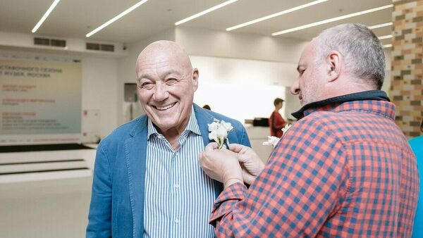 Совладелец галереи современного искусства Триумф Емельян Захаров (справа) и телеведущий Владимир Познер на открытии выставки Парадиз