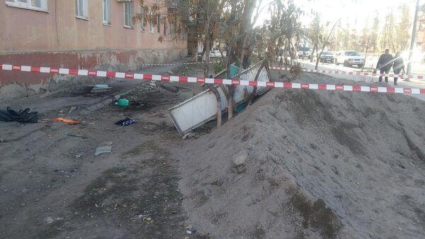 Балкон пятиэтажного дома, на котором находились два человека, рухнул в Астрахани