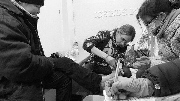 медики оказывают помощь в Автобусе Милосердия, Санкт-Петербург