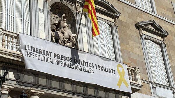 Здание женералитета с лозунгом в поддержку каталонских политиков, оказавшихся на скамье подсудимых в связи с проведением незаконного референдума о независимости