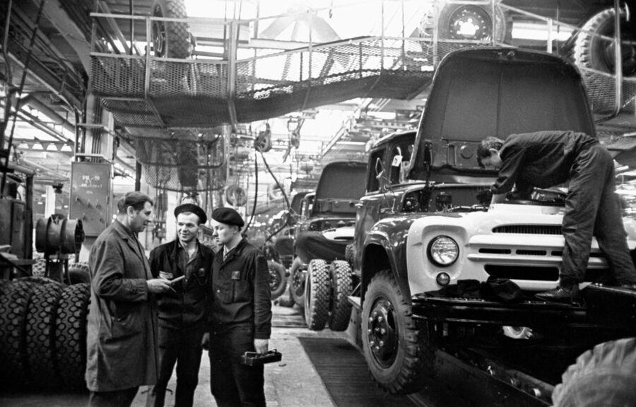 В сборочном цеху автомобильного завода имени И.А. Лихачёва