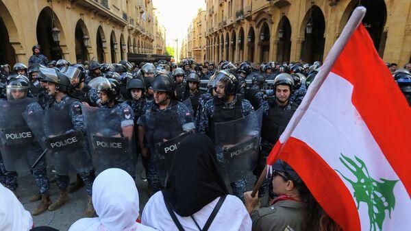 Сотрудники полиции во время акции протеста в Бейруте