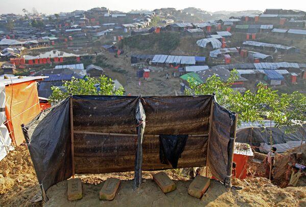 Туалет на холме в лагере рохинджа Балухали в Бангладеш