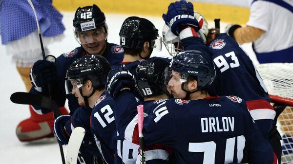 Хоккеисты Торпедо радуются забитой шайбе