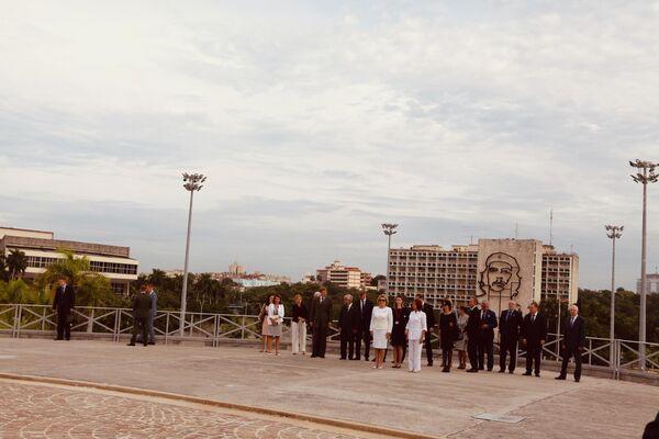 Спикер Совета Федерации Валентина Матвиенко и делегация СФ у монумента Хосе Марти. За спиной у них – портрет Че Гевары и Площади революции, одна из крупнейших в мире, 72 000 м2.
