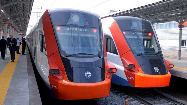 Электропоезда Иволга на новой посадочной платформе с перроном на Белорусском вокзале Москвы
