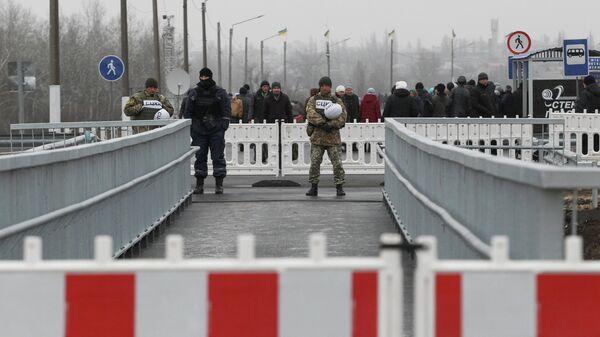 Военнослужащие на участке восстановленного моста в Станице Луганская