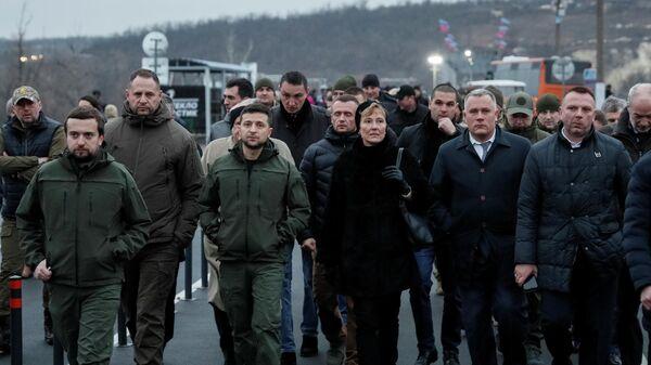 Зеленский открыл мост налинии разграничения вСтанице Луганской