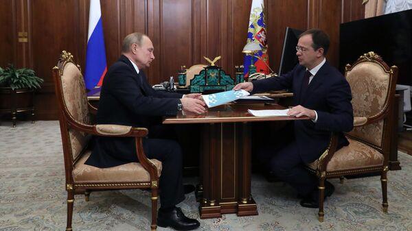 Президент РФ Владимир Путин и министр культуры РФ Владимир Мединский во время встречи