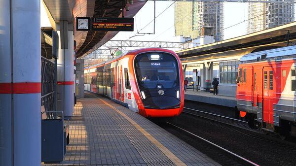 Поезд Московского центрального диаметра на станции в Одинцово. 21 ноября 2019