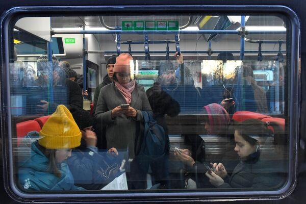 Пассажиры в поезде Московского центрального диаметра на станции в Одинцово