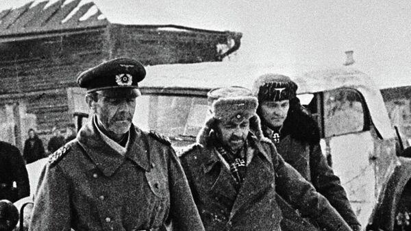 Генерал-фельдмаршал Паулюс (слева) и члены его штаба, сдавшиеся в плен