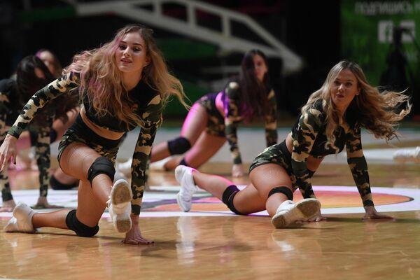 Девушки из группы поддержки БК УНИКС выступают в перерыве матча группового тура Кубка Европы по баскетболу сезона 2019/20