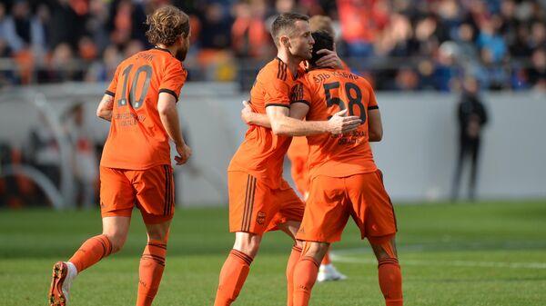 Игроки Урала радуются забитому мячу