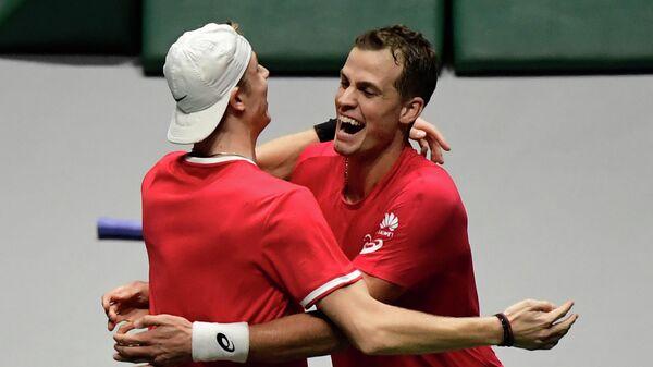 Теннисисты Вашек Поспишил (справа) и Денис Шаповалов (Канада)