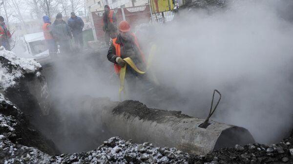 Сотрудники коммунальных служб ликвидируют последствия прорыва трубы отопления