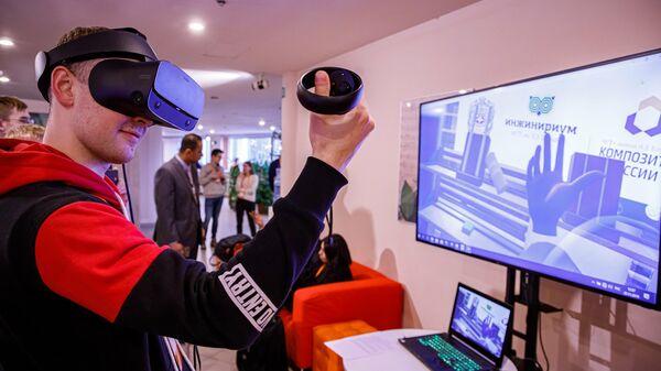 Участник хакатона Composite Battle VR в виртуальной лаборатории (для создания изделия из композиционных материалов)