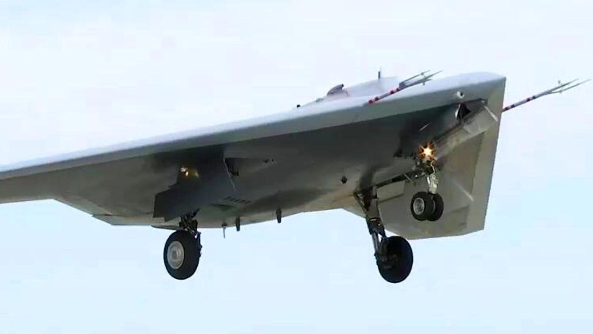 Новейший штурмовик «Охотник» совершил первый совместный полет с Су-57 - РИА Новости, 1920, 12.01.