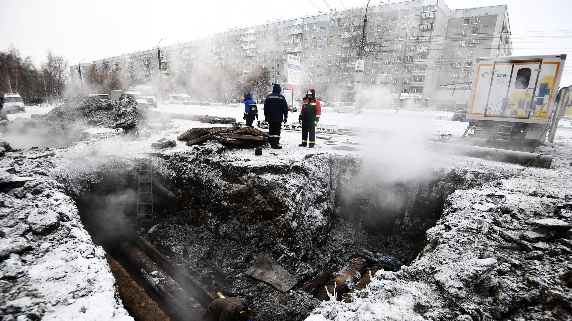 Сотрудники аварийных служб ликвидируют последствия аварии на теплотрассе в Кировском районе Новосибирска - РИА Новости, 1920, 10.03.2021