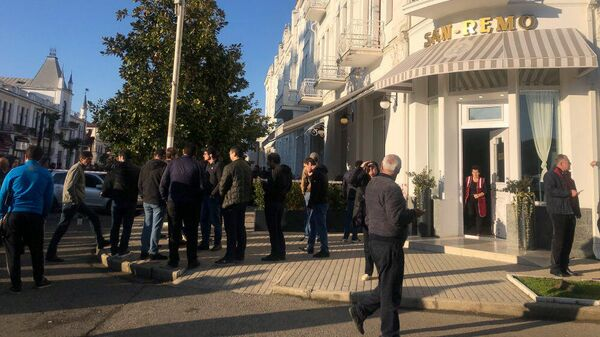 На месте стрельбы в центре Сухума, Абхазия. 22 ноября 2019