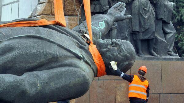 Снос памятника В. Ленину в Запорожье, Украина. 17 марта 2016