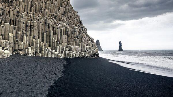 Черный песчаный пляж Рейнисфьяра и горы