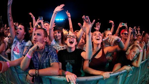 Зрители на концерте рэп-исполнителя