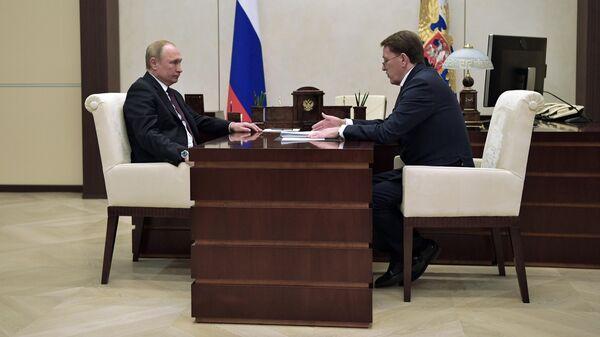 Президент РФ Владимир Путин и заместитель председателя правительства РФ Алексей Гордеев во время встречи