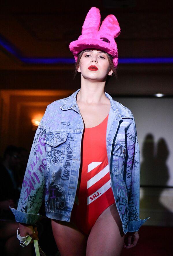 Модель демонстрирует одежду из коллекции дизайнеров Lapin & Pobedincev на Крымской неделе моды в отеле Villa Elena в Ялте