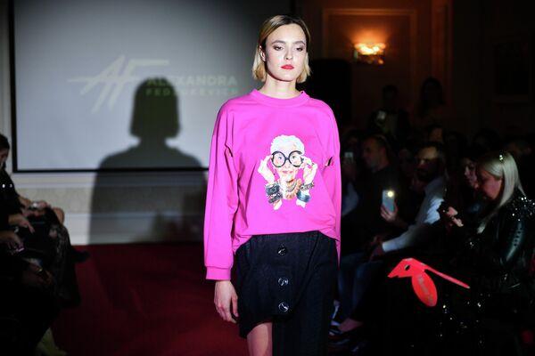 Модель демонстрирует одежду из новой коллекции дизайнера Александры Федзюкевич в отеле Villa Elena в Ялте